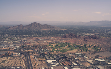Camelback_mountain_from_the_plane_2k.jpg