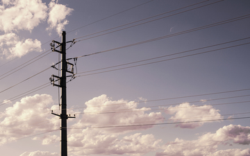 Power_line_in_the_city_with_clouds_01.jpg