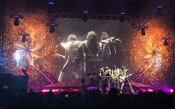 KISS_Glendale_Gene_Simmons__Paul_Stanley_Tommy_Thayers_Stage_Firewheels_02.jpg